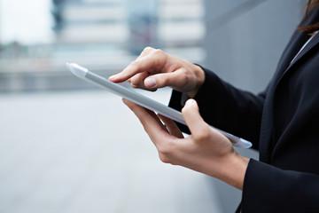Zeigefinger auf Tablet Computer