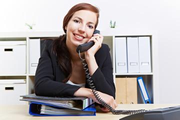 Frau telefoniert im Büro
