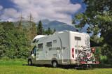 Fototapety Camper in sosta su prato di montagna