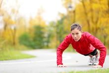 Crossfit femme faisant push-ups