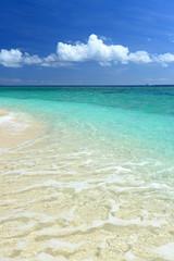 エメラルドグリーンの澄んだ海と夏空