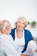 lachende seniorin mit ihrem mann