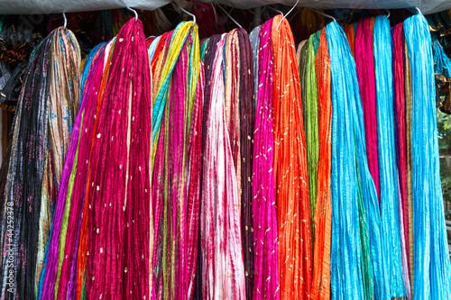 Bunte Schals auf dem Markt in Indien