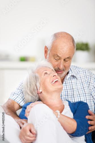glückliches älteres paar schaut sich an