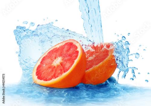 grapefruit w sprayu wody samodzielnie na białym tle