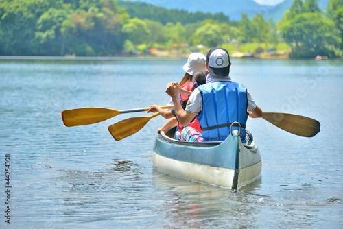 カヌーを楽しむ家族