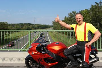 Motorradfahrer zeigt Daumen hoch