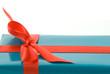 blaues Geschenk mit roter Schleife