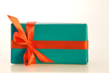 Blaues Geschenk mit roter Dekoration