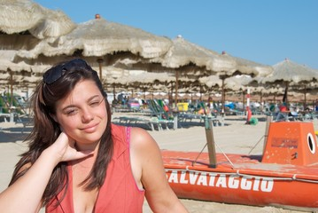 Ritratto di ragazza sulla spiaggia