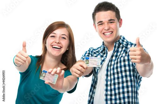 Jugendliche mit ihren Führerscheinen - 44264951