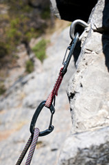 moschettone e corda. Attrezzatura per free climbing
