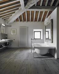 vasca da bagno moderna nel sottotetto