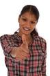 Attraktive junge Frau indischer Herkunft zeigt Daumen hoch