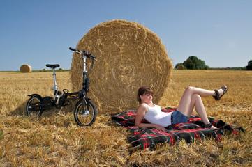 junge Frau mit e-bike beim Entspannen