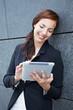 Mobile Geschäftsfrau mit Tablet Computer
