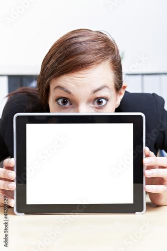 Geschäftsfrau versteckt sich hinter Tablet Computer