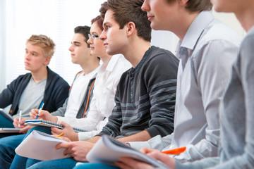 Studenten lernen im Unterricht