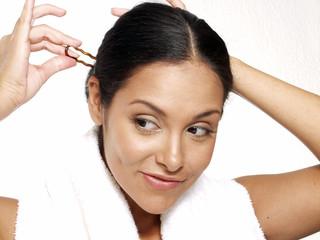 Saludable mujer latina en toalla,spa.