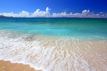 白い波とマリンブルーの美しい海