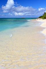水納島の美しいビーチと澄んだ海