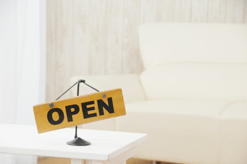 「オープン」の掲示のあるリビングルーム