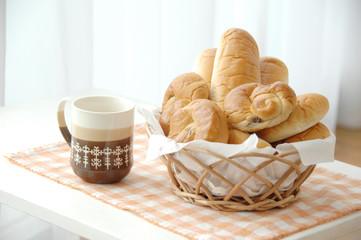 コーヒーとパンのあるリビングルーム