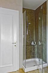doccia con porta di vetro vicino alla porta