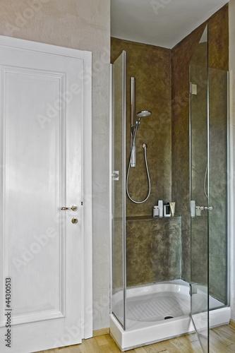 Doccia con porta di vetro vicino alla porta immagini e - Porta doccia vetro ...