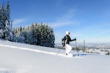 Wandern im frisch gefallenen Schnee