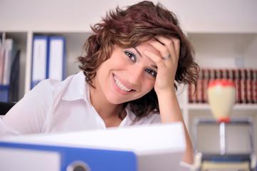 Lachende Auszubildende am Schreibtsch