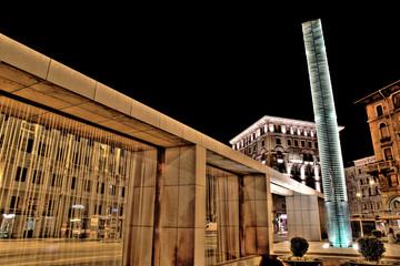 monumento e fontana in Piazza goldoni a Trieste, vista notturna