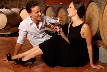 Paar im Weinkeller