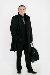 Mann steht mit Aktentasche