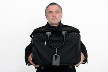 Mann hebt Aktentasche