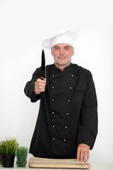 Koch mit scharfem Messer