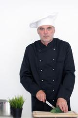 Meisterkoch schneidet frische Kräuter