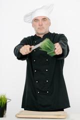 Koch schneidet Kräuter