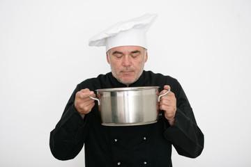 Koch riecht am Essen