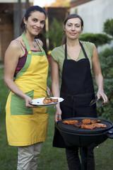 Zwei Frauen beim Grillen