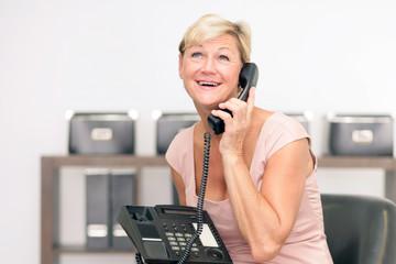 Firmeninhaberin am Telefon