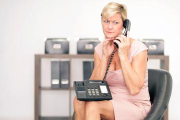 nachdenklich am Telefon