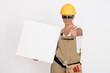 coole Handwerkerin mit Schild