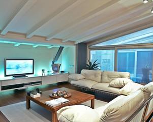 divano di pelle beige nel soggiorno della mansarda