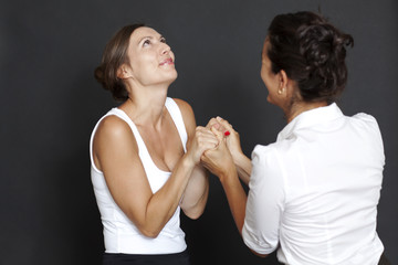 Zwei Frauen beglückwünschen sich
