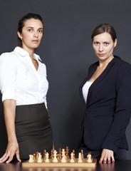 Zwei Geschäftsfrauen denken über Strategie nach
