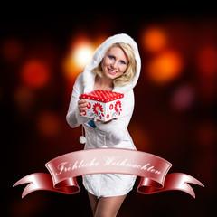 junge blonde Frau mit Geschenkbox vor Lichterhintergrund