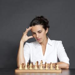 Geschäftsfrau über einem Schachspiel