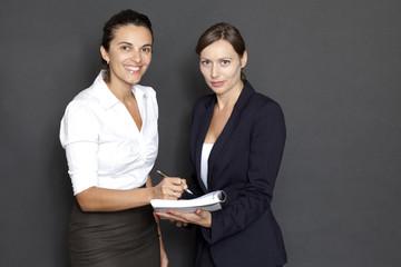 Geschäftsfrau unterschreibt Unterlagen