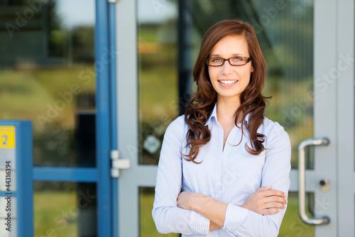geschäftsfrau steht am eingang der firma